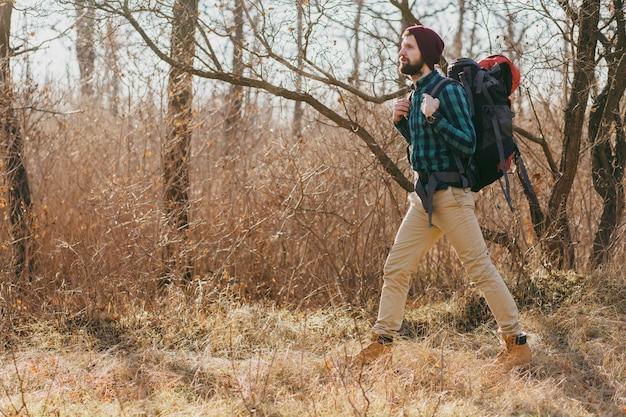 Jeune Homme Hipster Voyageant Avec Sac à Dos Dans La Forêt D'automne Portant Chemise à Carreaux Et Chapeau, Marche Touristique Active, Découverte De La Nature En Saison Froide Photo gratuit