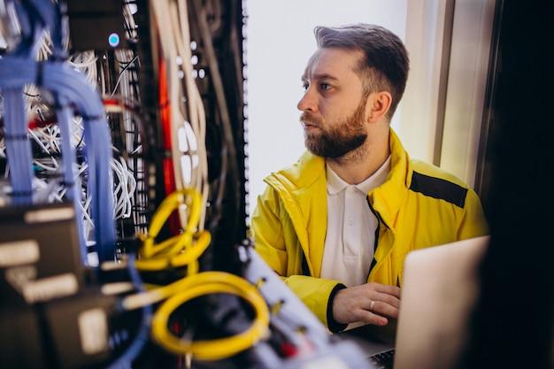 Jeune Homme Ingénieur Faisant Des Analyses De Programme Photo gratuit