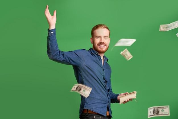 Jeune Homme Jetant De L'argent Photo Premium