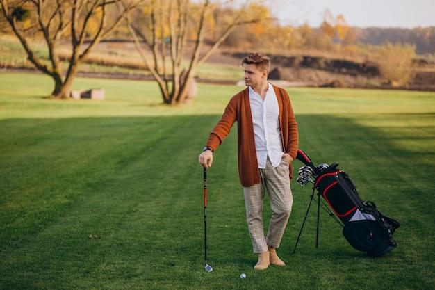 Jeune homme jouant au golf Photo gratuit