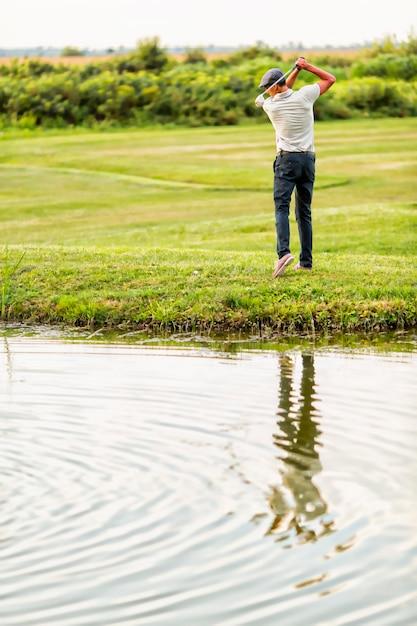 Jeune homme jouant au golf Photo Premium