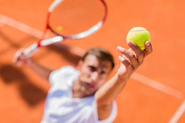 Jeune homme jouant au tennis Photo Premium