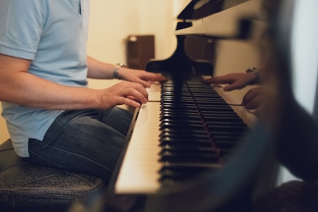 Jeune homme jouant du piano Photo Premium