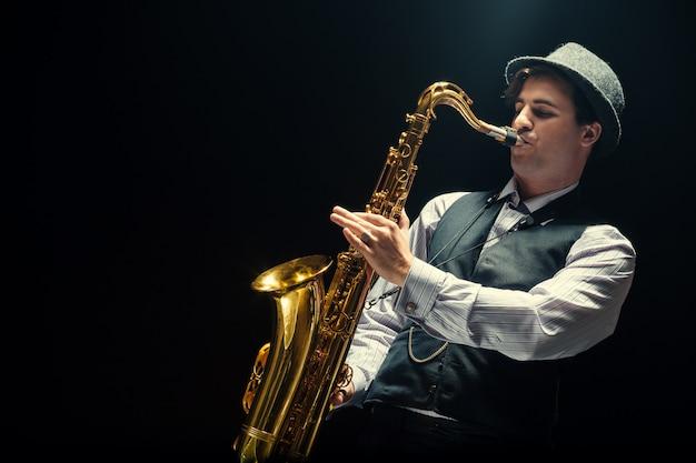 Jeune homme jouant du saxophone Photo Premium