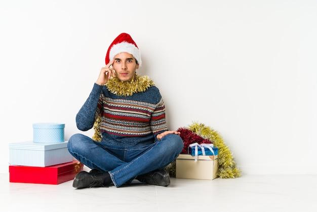 Jeune homme le jour de noël étant choqué à cause de quelque chose qu'elle a vu. Photo Premium