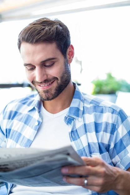 Jeune homme lisant les journaux Photo Premium