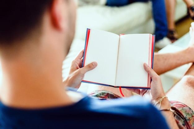 Un Jeune Homme Lit Un Livre De Poésie, Un Hobby De Mode Chez Les Intellectuels Européens. Photo Premium