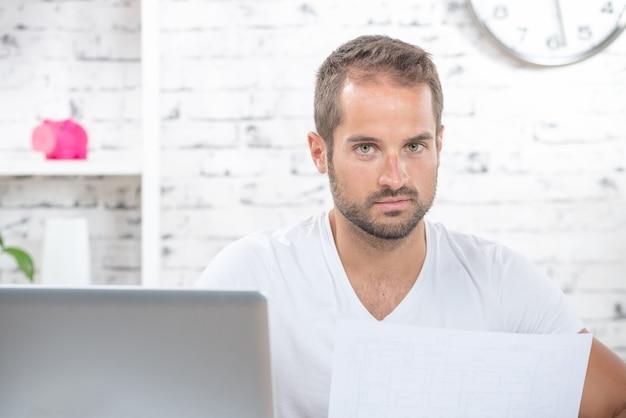 Un jeune homme lit un plan Photo Premium