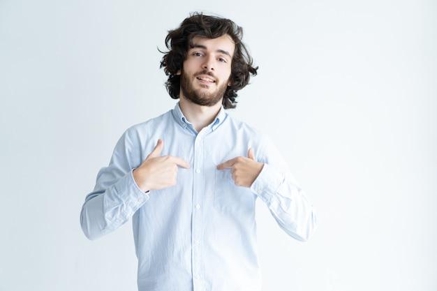 Jeune Homme Sûr De Lui-même Photo gratuit