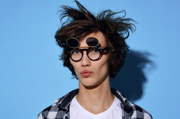 Jeune Homme à Lunettes Drôles Photo Premium
