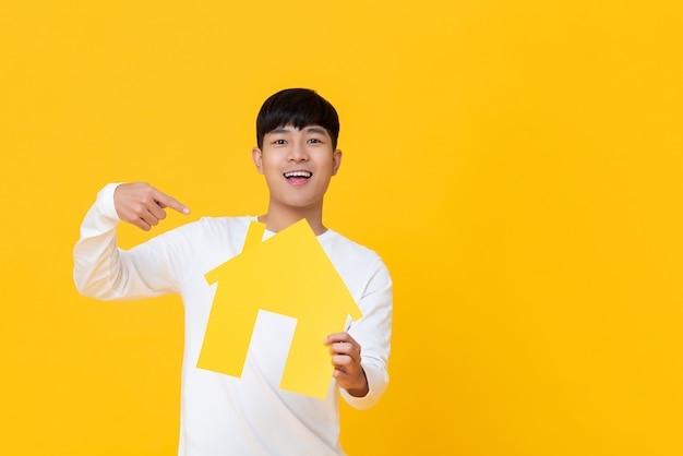 Jeune homme, maison carton Photo Premium