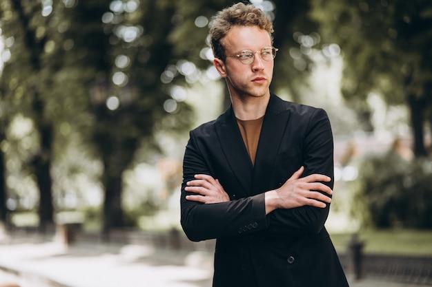Jeune homme mannequin posant dans la rue Photo gratuit