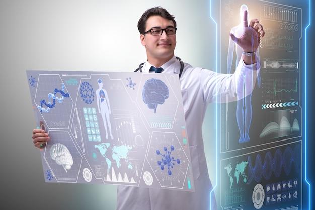 Jeune homme médecin dans le concept médical futuriste Photo Premium