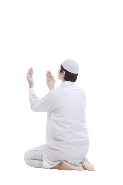 Jeune homme musulman priant Photo Premium