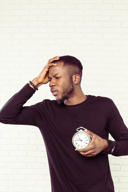 Jeune Homme Noir Avec Réveil Photo Premium