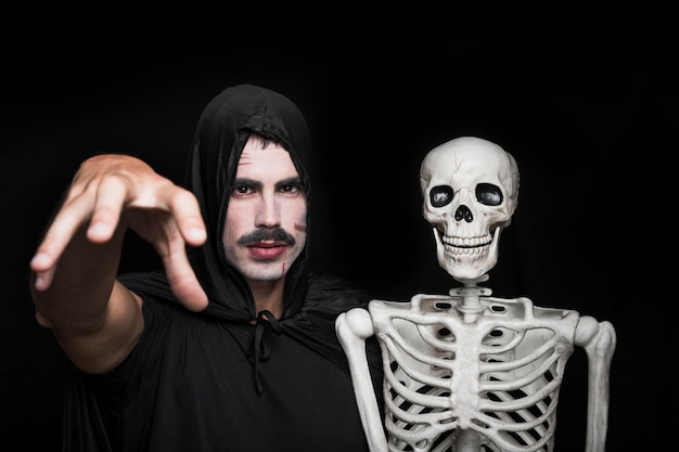 Jeune homme, noir, vêtements, poser, squelette Photo gratuit