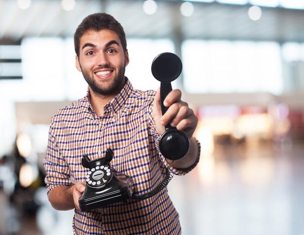 Jeune homme offrande téléphone Photo gratuit