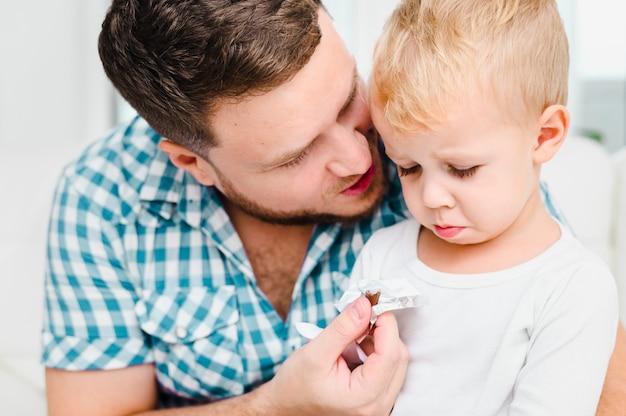Jeune homme parlant à un enfant en colère Photo gratuit
