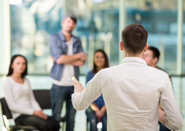 Jeune homme partage ses problèmes avec les gens. Photo Premium