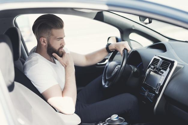 Un jeune homme un peu nerveux en conduisant sur la route. Photo Premium