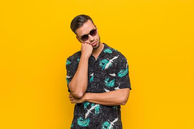 Jeune Homme Philippin Portant Des Vêtements D'été Qui Se Sent Triste Et Pensif En Regardant L'espace Copie. Photo Premium