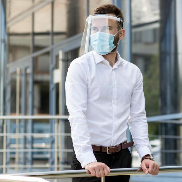 Jeune Homme En Plein Air Avec Masque Photo gratuit