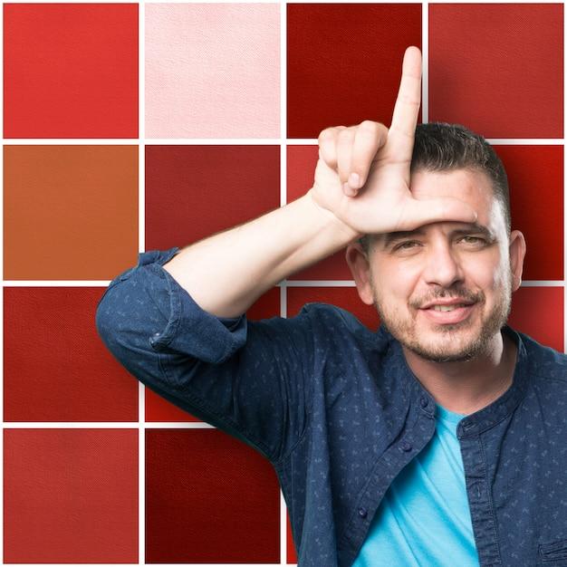 Jeune Homme Portant Une Tenue Bleue. Faire Geste Lâche. Photo gratuit