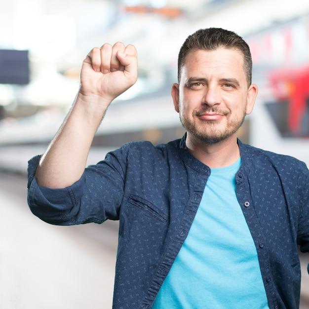 Jeune homme portant une tenue bleue. knocking geste. Photo gratuit
