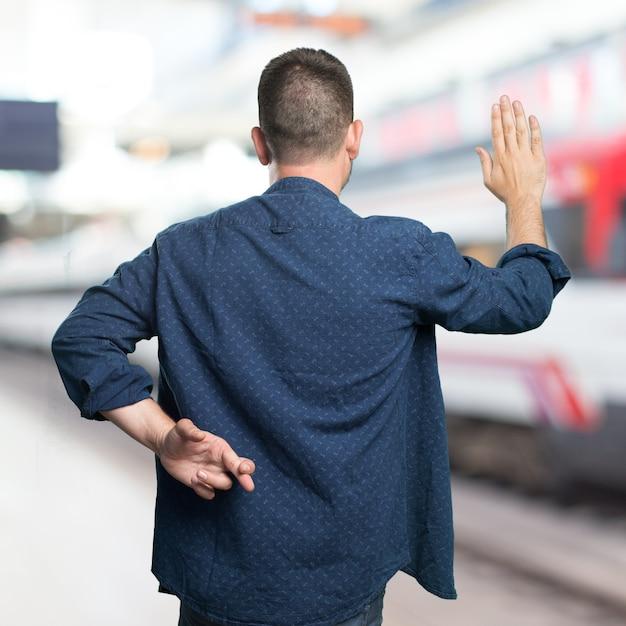Jeune homme portant une tenue bleue. la triche. Photo gratuit