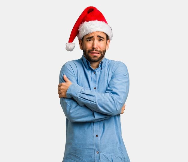 Jeune Homme, Porter, Santa, Chapeau, Froid, Dû, Basse Température Photo Premium