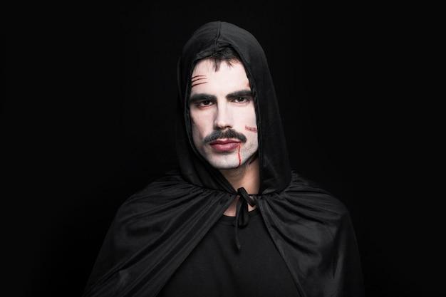 Jeune homme posant en costume d'halloween Photo gratuit