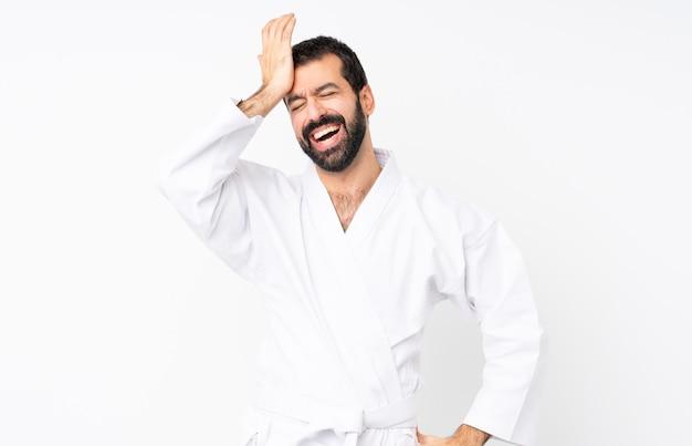 Jeune homme pratiquant le karaté a réalisé quelque chose et a l'intention de la solution Photo Premium