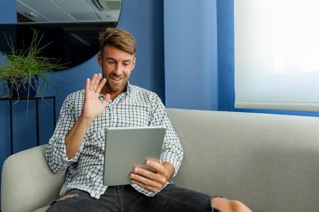 Jeune homme profitant des nouvelles technologies Photo gratuit