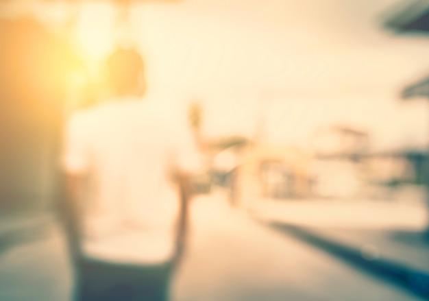 Jeune homme qui attend le coucher de soleil dans la ville. Photo gratuit