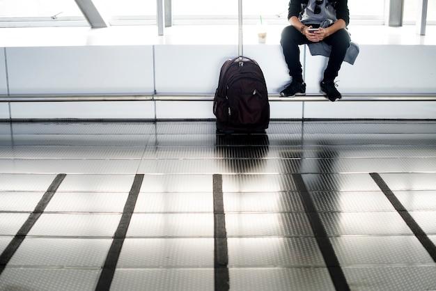 Jeune homme de race blanche avec bagages à l'aéroport Photo Premium