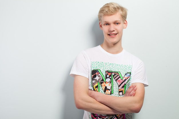 Jeune homme de race blanche en casual Photo gratuit