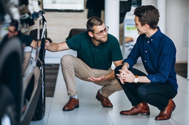 Jeune homme à la recherche d'une voiture à louer Photo gratuit