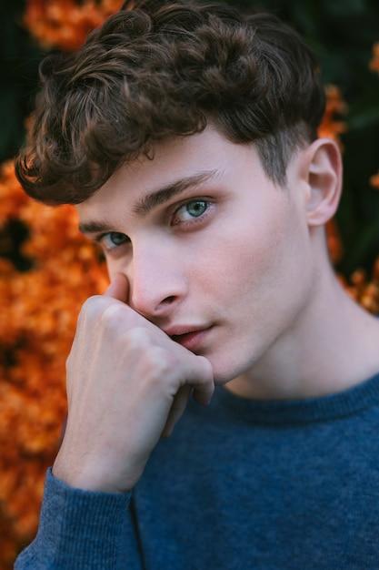 Jeune homme regardant avec des yeux bleus Photo gratuit
