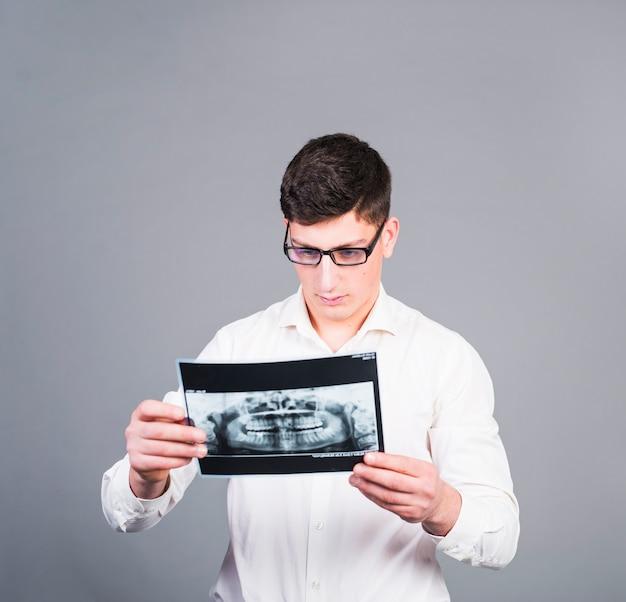 Jeune homme, regarder dents, rayon x Photo gratuit