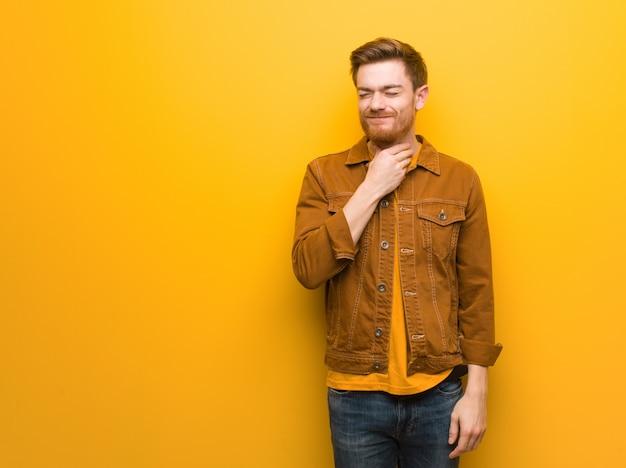 Jeune homme roux qui tousse, malade à cause d'un virus ou d'une infection Photo Premium