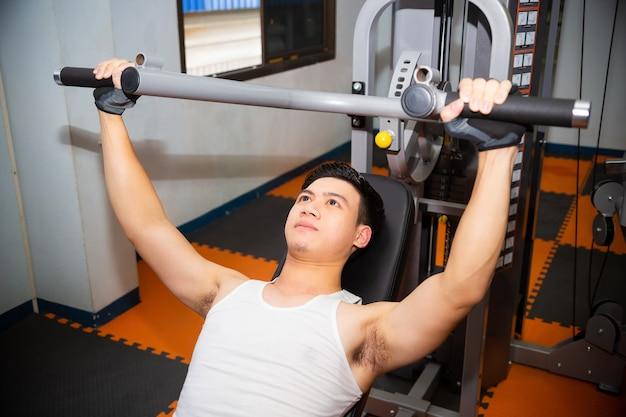 Jeune Homme à La Salle De Gym Photo gratuit