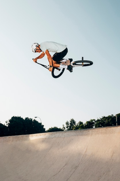 Jeune homme, saut, bmx, vélo Photo gratuit