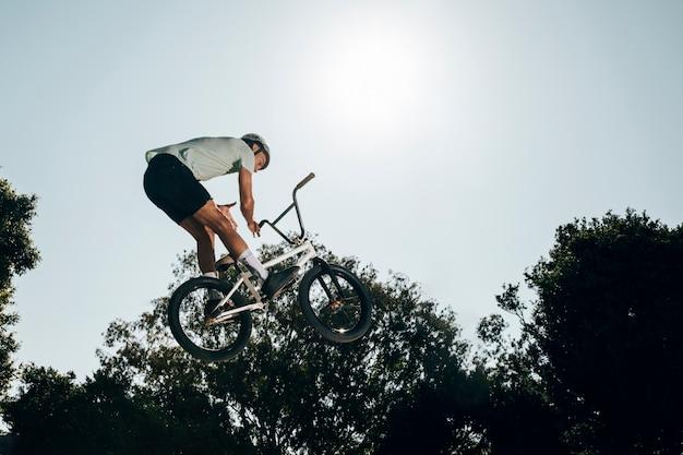 Jeune homme, sauter, bicyclette, haut, haut Photo gratuit