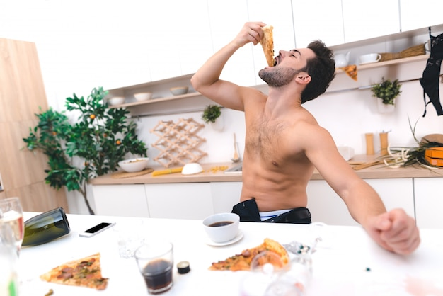 Jeune homme se réveiller et prendre son petit déjeuner après la fête Photo Premium