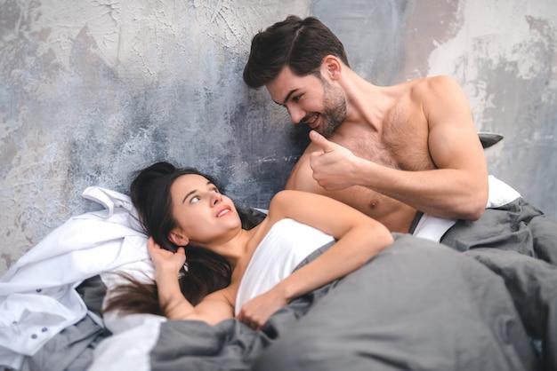 Jeune homme séduisant veut avoir des relations sexuelles avec sa femme Photo Premium