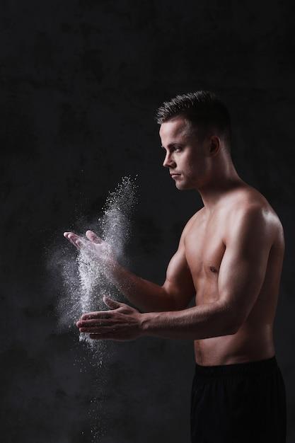 Jeune Homme Sexy Torse Nu Posant Photo gratuit