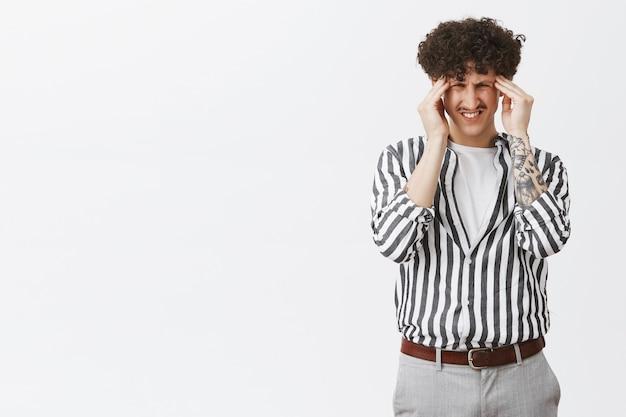 Jeune Homme Souffrant De Migraine, De Vertiges Ou De Maux De Tête Photo gratuit