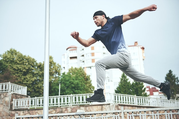 Jeune Homme Sportif Faisant Du Parkour Dans La Ville. Photo gratuit