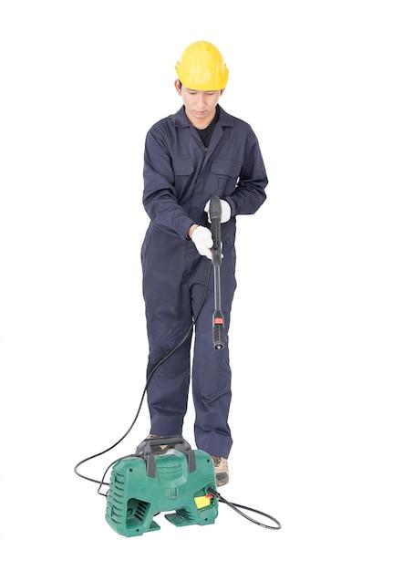 Jeune homme, stand, tenue, pistolet eau haute pression Photo Premium