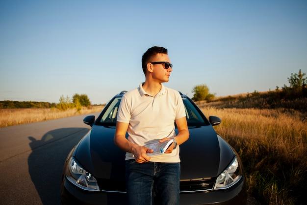 Jeune homme, stationnement, bord route Photo gratuit